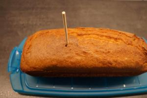 6) Mit einem Holzstab Löcher in den abgekühlten Kuchen...