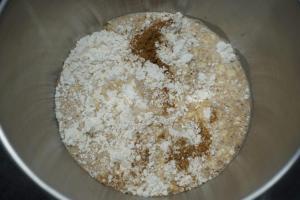3) Mehl, Zimt und Salzr in eine Schüssel geben