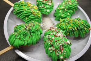 7) ... auf die Kuchen spritzen. Mit Streusel dekorieren
