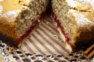 13) Anschnitt des Nuss-Cranberry Kuchens