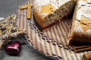 Nusskuchen mit Cranberry-Kompott