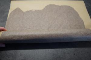13) Die Backpapiere auf einen Stab aufrollen. Kühl stellen