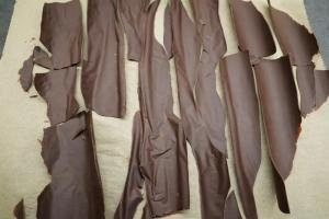 27) Die Schokolade vom Backpapier befreien.