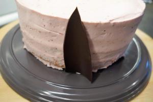 28) Die gebogene Schokolade am Tortenrand anbringen