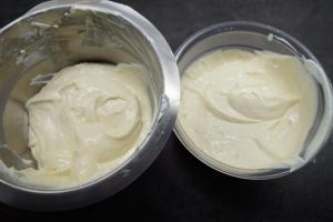 4) Die Käsekuchen-creme zubereiten, auf 2 Schüsseln verteilen