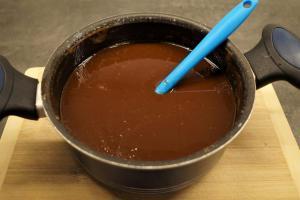 2) Butter und Kuvertüre in einem Topf schmelzen lassen
