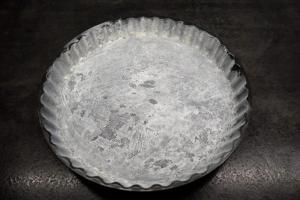3) ... und bemehlen. Ofen auf 160°C vorheizen