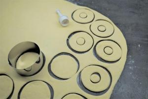 5) Danach aus der Mitte kleine Kreise ausstechen