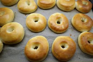9) Donuts nach dem backen, noch warm, ...