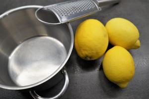 7) Zitronen waschen, Schale abreiben und auspressen