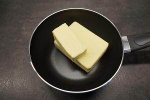 1) Butter zerlassen