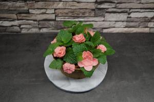 15) Und auch die Blumen und Rosen in den Kuchen stecken