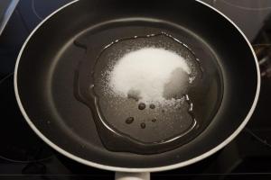 2) Zucker mit Wasser mischen und in einer Pfanne erhitzen
