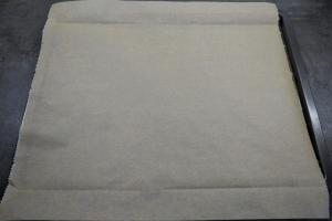 1) Ein Backblech mit Backpapier belegen und den Ofen vorheizen