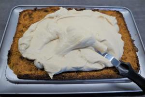 6) Danach mit einem Spachtel auf dem Kuchen verteilen