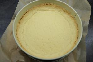 7) Den vorgebackenen Boden aus dem Ofen nehmen