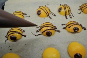 13) Die restliche Schokolade in einen Spritzbeutel füllen und die Streifen zaubern