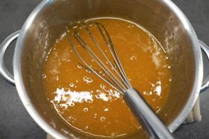 15) Aprikosenmarmelade mit Wasser und der ausgedrückten Gelatine erwärmen