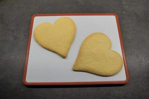 5) Nachdem die Herzen ausgekühlt sind auf eine Platte legen