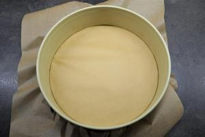 1) Springform mit Backpapier auslegen. Schoko-Ganache zubereiten