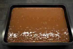 2) Brownies-Teig zubereiten und auf das Backblech geben