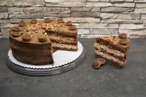20) Die Torte mit Toffifees und gehackten Toffifees dekorieren