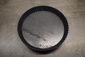 1) Eine Tarte-Form (mit Hebeboden) mit Backtrennspray einsprühen