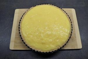 9) Den Pudding auf den Mürbeteig verteilen