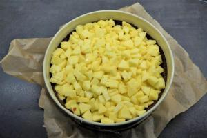 6) Die Apfelmischung auf dem Mürbeteig verteilen und für weitere 40 Min. backen