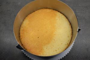 2) Biskuit 2x waagerecht durchschneiden und den unteren Boden auf ein Cakeboard geben