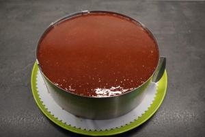 19) Erdbeer-Rosmarin-Marmelade mit Gelatine kurz erhitzen und auf dem Boden verteilen