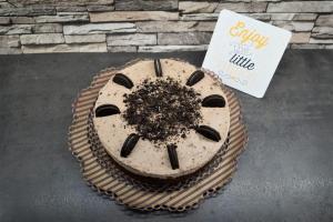 13) Oreo-Torte mit 8 halben Oreos und zerbröselten Oreos dekorieren