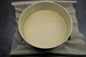 1) Springform mit Backpapier auslegen, Ofen vorheizen