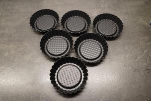 2) Tartelettes mit Backtrennspray einsprühen. Johannisbeeren waschen & abtrocknen
