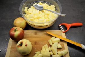 3) Äpfel waschen, schälen und klein schneiden. In einen Topf geben