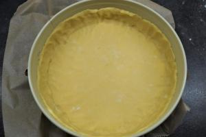 6) Mürbeteig ausrollen und einen etwa 3 cm hohen Rand formen