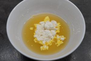 9) Apfelsaft mit dem Vanille-Puddingpulver verrühren