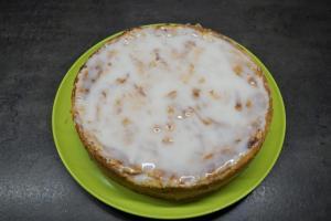 26) Puderzucker und Apfelsaft anrühren und auf dem Kuchen verteilen