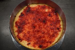 11) Den Boden ebenfalls mit Johannisbeer-Marmelade einstreichen