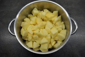 3) Zusammen mit dem Saft der Zitrone und dem Wasser in einen Topf geben