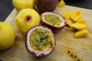 1) Zuerst die Fruchteinlage vorbereiten. Dafür den Saft der Maracujas durch ...