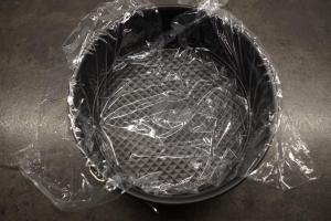5) Einen tiefen Teller oder eine kleinere Springform mit Folie auslegen