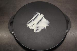 13) Etwas von der Füllung auf eine Tortenplatten geben