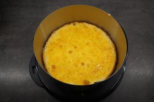 15) Tortenring darum stellen und den Boden mit Marmelade einstreichen