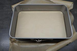 2) Springform mit Backpapier auslegen. Ofen auf 160°C vorheizen