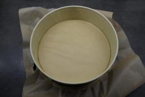 6) Eine Springform mit Backpapier auslegen
