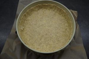 7) Danach den Mürbeteigs darauf verteilen und einen 2cm hohen Rand formen