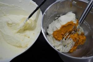12) Die Gelatine-Masse unter die Creme rühren. Dann die aufgeschlagene Sahne mit dem Xucker unterheben.