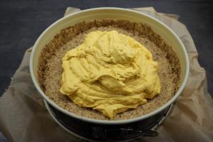 16) In die Mitte die Kürbis-Käsekuchen-Creme geben und außen herum die ...