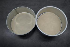 1) 2 Springformen (26 cm) mit Backpapier auslegen. Biskuit zubereiten